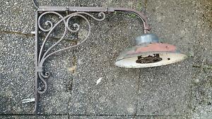 Schöne  alte Industrie Design (?) Hoflampe, Wandlampe auf Eisengestell f.d. Wand