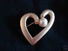 BRUSHED GOLDTONE HEART PIN IMITATION WHITE PEARL J-24