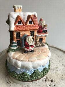 Weihnachtsspieluhr Haus mit Weihnachtsmännern