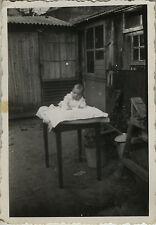 PHOTO ANCIENNE - VINTAGE SNAPSHOT - ENFANT BÉBÉ TABLE JARDIN DRÔLE -CHILD GARDEN