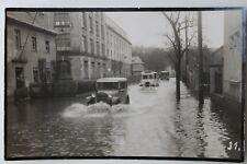 29674 Foto AK wohl Raum Pirna Fabrik Straße Auto und Bus im Hochwasser um 1920