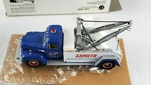 First Gear 1957 International R-200 Tow Truck 1:34 Scale Die-Cast Zephyr