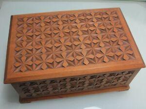 Holzdose Dose Schatulle Holzkiste Nähkasten mit Einsatz geschnitzt (D)