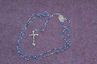 chapelet perles bleues et métal, crucifix et médaille religieuse