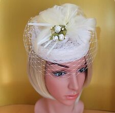 Fascinator Pillbox Hut Headpiece Spitze natur weiß Schleier Feder Blume Hutgummi