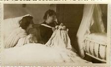 PHOTO ANCIENNE - VINTAGE SNAPSHOT - ENFANT BÉBÉ NAISSANCE LIT GÉNÉRATION - BIRTH