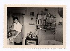 PHOTO Snapshot Vintage Portrait Femme Cuisine Bouilloire Vers 1960 Radio Livres