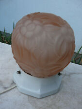 plafonnier boule en verre moulé base en porcelaine Art Déco