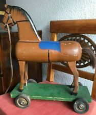 Antikes Holzpferd auf Rollbrett