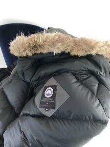 Canada goose Chilliwack Bomber Size Medium M 100% Authentic Grey Fur Collar