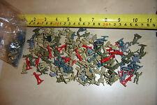 Bundle JOB LOTTO DI 115 x VECCHIO giocattolo in plastica Dimensioni MICRO MACHINE (cioè piccoli SOLDATI)
