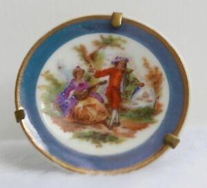 Assiette miniature en porcelaine de Limoges—Décor Fragonard—Diamètre 4,3 cm