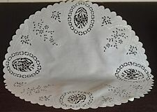 VINTAGE LINEN  TABLEMAT CENTERPIECE DOILY HAND EMBROIDERED UU101