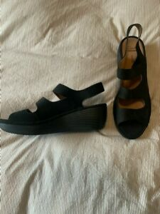 Women Clarks Artisan black  leather strappy sandal Size 11m NWOT
