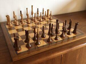 Vintage Design Schachbrett futuristische geschnitzte Schach Figuren 70er