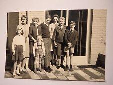 Mädchen & Junge in Lederhose & Junge mit Brille & junger Mann & 4 Frauen / Foto