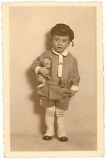 Foto-AK mit schickem Jungen mit Puppe