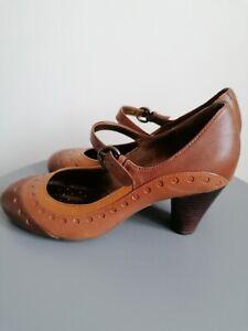 clarks ladies heels Size 6 brown tan Mary Jane heels strapped