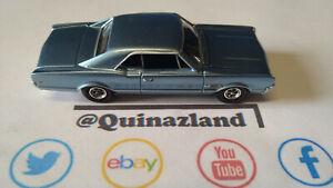 Auto World 1966 Oldsmobile 442 version bleu  (CL04)