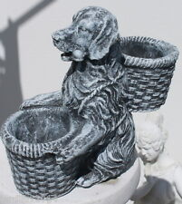 Statue chien assis avec 2 paniers en pierre reconstituée, ton pierre grise