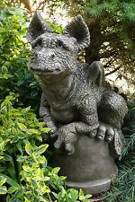 """Gartendeko Figur Devonshire Drachen """"Buddy"""" auf Blument.©by FionaScott Steinguss"""