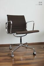 Eames Vitra Alu Chair EA108 Hopsak dark brown CHROM auf Rollen