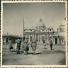 Italie, Rome, Vatican, Visiteurs devant la basilique Saint-Pierre, ca.1952, Vint