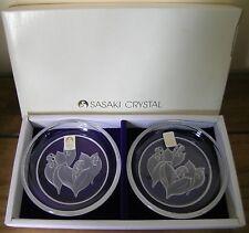 2 platos Sasaki Crystal Pin.. Lirio del Valle.. en Caja