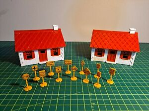 LOT OF 2 VINTAGE PLASTICVILLE CAPE COD HOUSES (HP-8), & SET OF ROAD SIGNS (12-A)