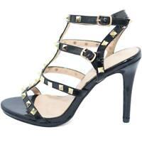 Sandalo alto donna in vernice nera con borchie dorate sul dorso piede e fascette