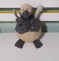 NANA HUCHY DUCKIE DUCK PLUSH TOY! LOVELY GREY SOFT TOY ABOUT 16CM TALL KIDS TOY!
