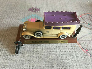 Voiture miniature Cadillac Corbillard New Orleans N° 5847 Socle Bois 1/43