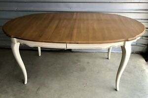 ETHAN ALLEN Country French Dining table 646, comes with 2 leaves and table pads!