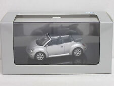 VW New Beetle Cabrio in silber mit Lenkung, VW-OVP, AutoArt, 1:43