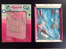 Lot de 2 sets de jouets pour poupée Kitchen ustensils et Raynal Nannie