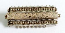 A VICTORIAN UNMARKED SILVER BAR BROOCH WITH FANCY DECORATION & HOLLOW BACK