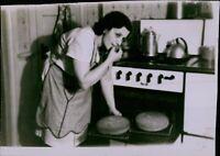 GA3 Orig Photo COUNTRY HOUSEWIFE Baking Bread Americana Domestic Life Kitchen