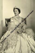 mm768 - Queen Elizabeth Queen Mother wears gown - Royalty photo