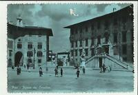 vecchia cartolina di pisa  piazza dei cavalieri con persone ma e' rovinata