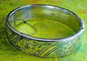 Beautiful hinged vintage solid sterling silver bangle bracelet.1960. 24.5g