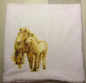 Flauschige Kissenhülle mit Pferdeapplikation 40 x 40 cm groß, Handarbeit, weiss,