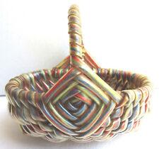 Ancien panier 1950, tressé façon osier, plastiques et laines, genre scoubidou