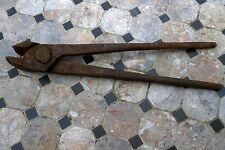 PINCE DE FORGERON   entiérement forgée ,art populaire outil de forge