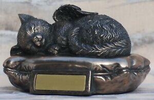 Katzen Urne als Katzen-Engelfigur liegt auf Kissen - Gravurplatte, Tierurne