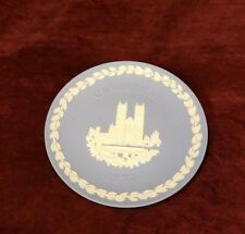 "Wedgwood Jasperware 1977 Christmas Plate Westminster Abbey 8"" Cream on Lavender"
