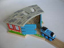 ENGINE SHED FOR WOODEN TRAIN TRACK SET  with Doors (  Thomas )  NEW BOXED A2