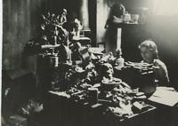 Fabrication de squelettes anatomiques, vers 1930 Vintage silver print Tirage a