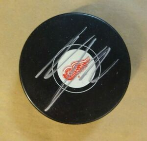 Autographed THOMAS VANEK Signed Detroit Red Wings Hockey Puck