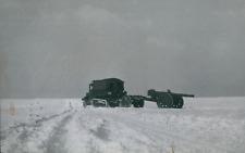 Guerre 39/45, Canon tiré par un camion dans la neige, 1940, Vintage silver print