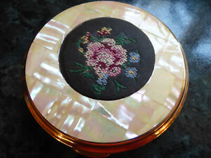 Ladies vintage Mascot powder compact, in original carrying pouch.